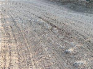农民的乡村路,被这些大翻斗子压的小车无法同行,百姓的生活谁来负责?