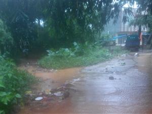 排水沟被垃圾填满