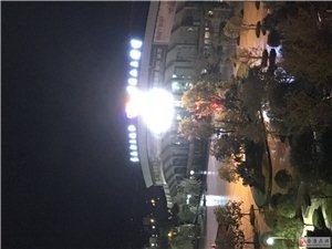 兴安门广场大屏幕从早到晚播放广告周末也不例外声音太大