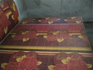 出售一张木制双人床 床头板,八成新,价钱好说
