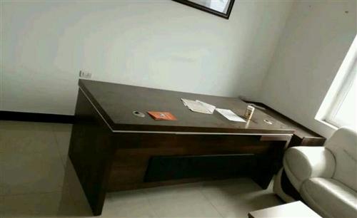 两张实木办公桌
