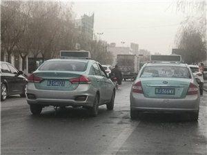 出租车在老津保路,并排说话,持续5分钟,这给后方的车带来多大安全隐患,而且爱着出租企业。这司机太不负