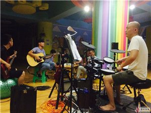 洪河谣音樂培訓中心暑期民谣吉他班开班
