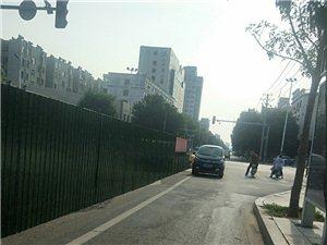 滨州这辆私家车单行道逆行这么横?一路喇叭过来