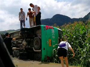 牛场到黄家坝路段一客车发生侧翻