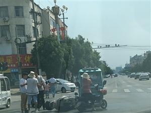 紫云大道与烟城路交叉口一辆三轮车与电车发生事故