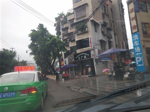 仁寿这个出租车太危险了嘛!路中间上下客人!