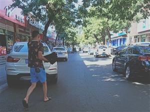 广饶老商业街路两边随便停车影响交通