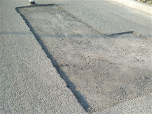 道路损坏严重,市民出行有隐患