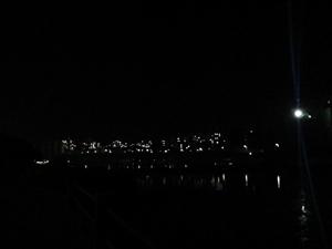 秋夜下的体育公园