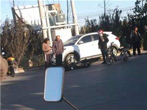 路上开车门,稍有不慎,容易引发事故。