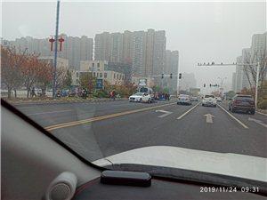 天�Z湖商�I街西南�燃t�G�簦���致�瓶�散架,��者已送�t院。