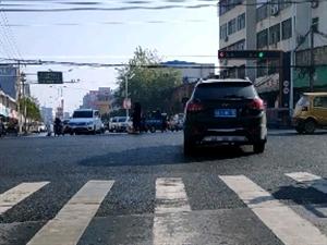 快看看是�l家的老人走失,在新�R路口十字路中央站著。