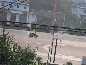 丝毫不怕?富顺广场上天天有人骑改装摩托车秀车技!富顺交警快来看看!