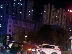阜��香港路�c常州路交岔路口,一�v�I��c警�相撞