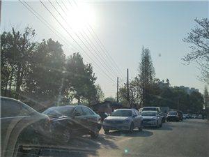道明路口,济协到道明路上,一轮大卡车转弯上路,车轮掉沟里,造成堵车,提醒崇州途径车主,绕道而行