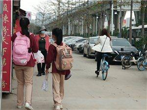 珠海街头发现有小学生穿校服逛街?开学了?