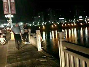 #突发#安康汉江大桥一汽车冲过护栏直接进入汉江