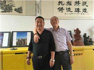 在山东创业的吴忠旗和在江西创业的丁富华来到张家川在线总编办叙乡情、话发展。