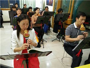 提高二班开始学吹葫芦丝独奏曲《月光下的凤尾竹》