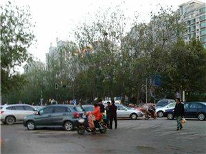 济南路红绿灯故障,路口出现混乱