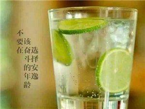 生活是一杯水,它的味道取�Q于你的�x�瘢�入世之初,每��人的生活都是一杯白�_水,后�恚�有人加入了蜂蜜,有