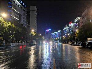 湿漉漉的马路,璀璨的亮化和路灯,夜,是美的