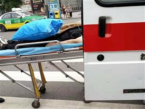 柏溪一��老人摔了,被送往�t院,家人��]�系上