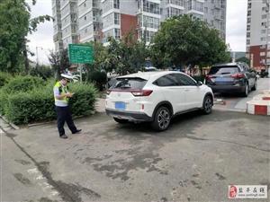 县交警大队加大力度整治车辆乱停乱放