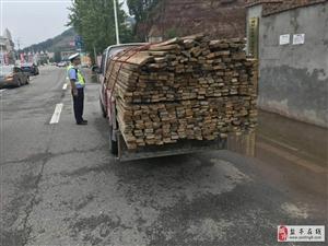 自卸货车运载超长超重原木既违法又危险