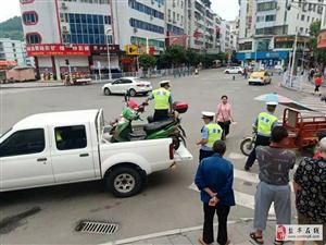 交警大队直属中队对县医院门口乱停放车辆进行拖移