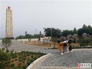 中��地�|大�W(北京)�⒓�倮�油田���的同�W,在周恩�砑o念�@(�I州)�⒂^瞻仰活�樱�今天恰逢��f超同志忌