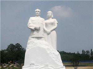 一束�r花留思念百年相�R并蒂�人民心中�p楷模�h白玉石雕像尊