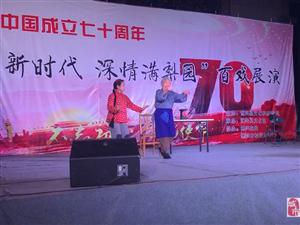 在博兴文化广场文化馆门前,老人一曲红灯记,引起全场掌声叫好声,唱的真是太好!!!