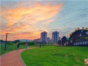 美丽汉中霞光中的市民(手机摄影)