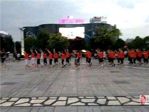 汉中市中心广场市民群体操练(手机拍摄)