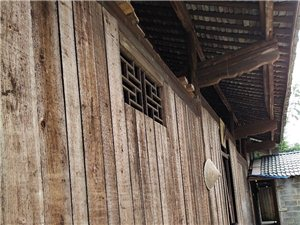 一栋木房子的木材料出售,有意者面谈,联?#31561;?#21450;电话:唐先生13594979868