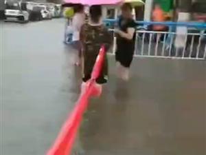 【扩散】汝州剧院附近路段积水太深,请过往车辆注意绕行