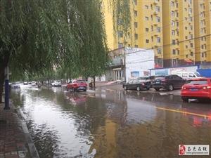 高邑刘秀路,北立交桥西行约300米路北侧边道上,可能由于连续降雨导致(好像是)污水管道坍塌,存在行人