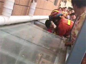今天下午西湖帝都一个孩子从楼上跌落,太吓人了……