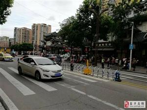 凤灵寺人行道安装红绿灯了