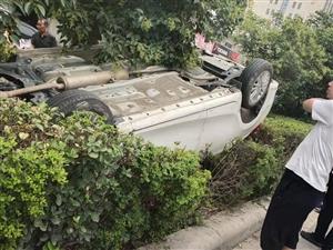 今天中午一点半来上班的时候路过老中西医附近,发现发生了一起车祸,不知道司机情况怎么样,希望人没事