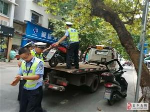 交警大队对新西街乱停放车辆进行拖移