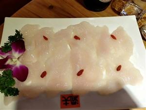 锅底很好吃,虾滑满满都是整个虾,爽嫩可口,蘑菇很有特色,菜品新鲜丰富多样,好吃,好吃不管是菜还是汤底