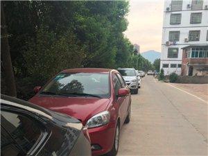 车停在路边无缘无故被划长条痕,望看到的朋友提供一下线索!