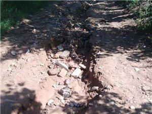 现在那个村子还有这样的路。这就是武功县河道社区河大北场村,唯一通往坡上的生产路,各级政府无人管。请官