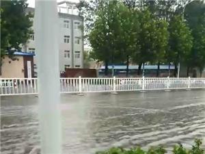 建�O路~一�l美��的河