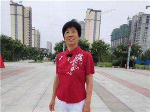 高邑县文体女子舞蹈表演队经常在中兴公园排练扇子舞柔力球球等节目。他们早上5:30就起床了