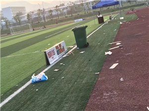 �w育中心垃圾�觯�守著垃圾桶都不�G�M去?