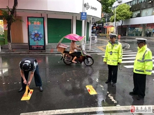 降雨天气,交警提示注意行车安全。